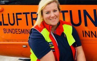 Sarah Krüger vor Hubschrauber