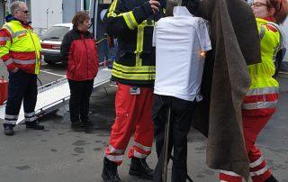 Mitarbeiterin aus dem Ehrenamt löscht mittels Löschdecke