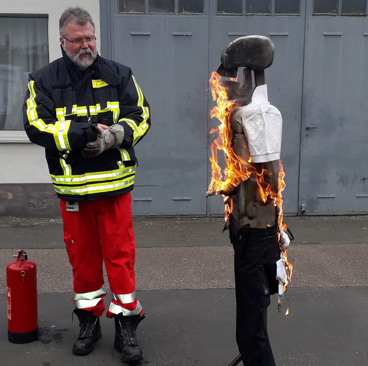 Vorstandsmitglied Werner Kircher demonstriert an einer Übungspuppe eine brennende Person
