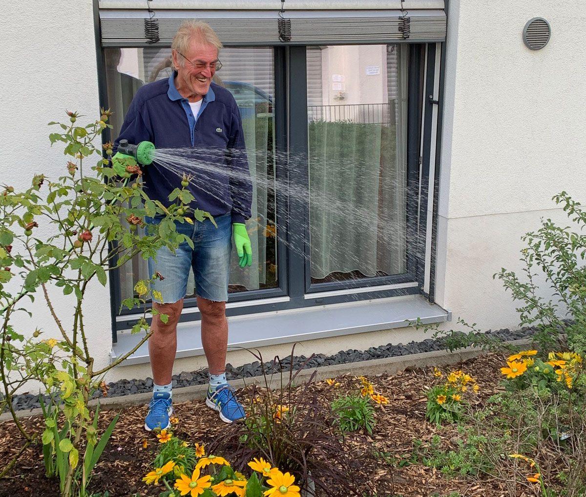 Herr Wagner giesst den Garten der Zollstockhöfe