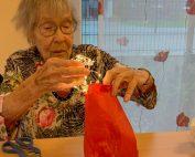 Seniorin bastelt eine Laterne