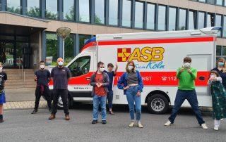 Gruppenfoto Besuch Offene Schule Köln Rettungswagen