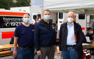 Dr. Stefan Sandbrink, Peter Stegmaier und Alexander Weiler an der mobilen Impfstation Am Wiener Platz in Köln-Mülheim